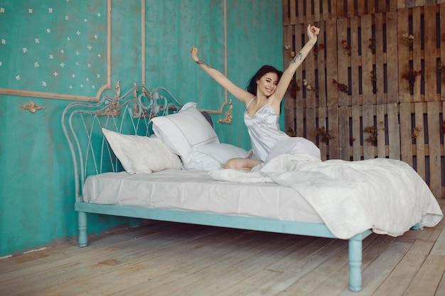 Kobieta rozciąganie w łóżku po przebudzeniu