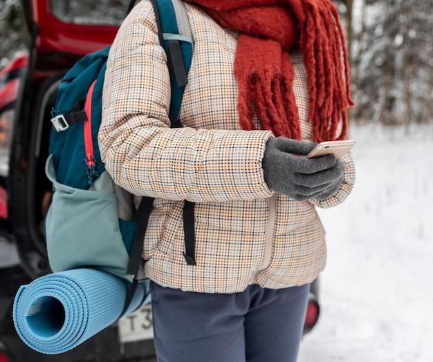 Kobieta Rozmawia Na Telefon Komórkowy Z Plecakiem Z Bliska Premium Zdjęcia