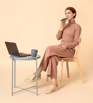 Kobieta rozmawia przez głośnik telefonu komórkowego