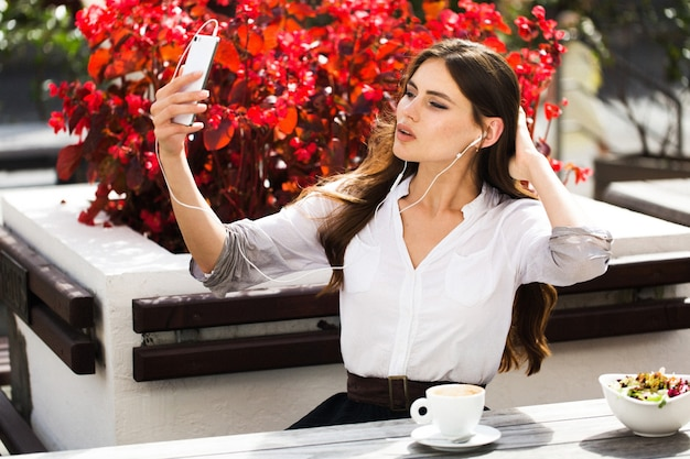 Kobieta rozmawia przez słuchawki przez telefon