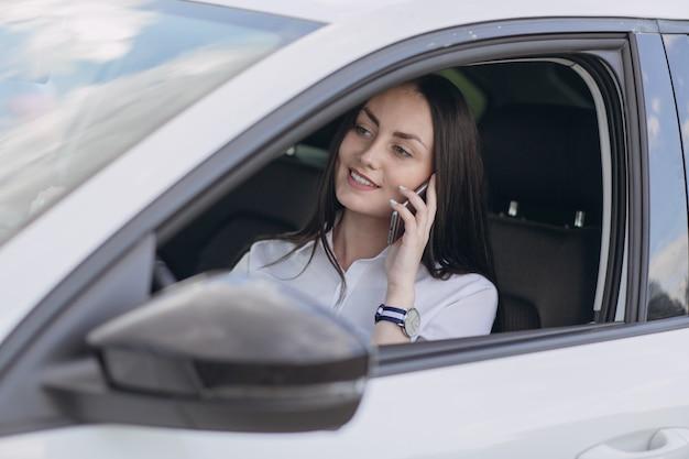 Kobieta rozmawia przez telefon podczas jazdy