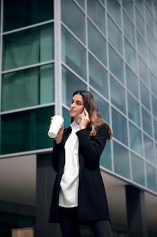 Kobieta rozmawia przez telefon średni strzał