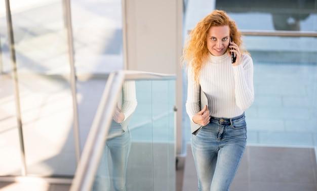 Kobieta rozmawia przez telefon wysoki widok