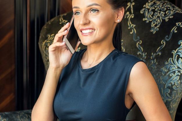 Kobieta rozmawia przez telefon.