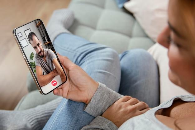Kobieta rozmawia rozmowa wideo z przyjacielem na telefon