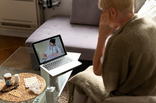 Kobieta rozmawia z lekarzem online z bliska