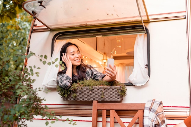 Kobieta rozmawia z przyjaciółmi na telefonie komórkowym
