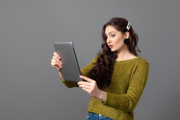 Kobieta rozmawia z przyjaciółmi w internecie. koncepcja biznesu, komunikacji i rozrywki, praca zdalna