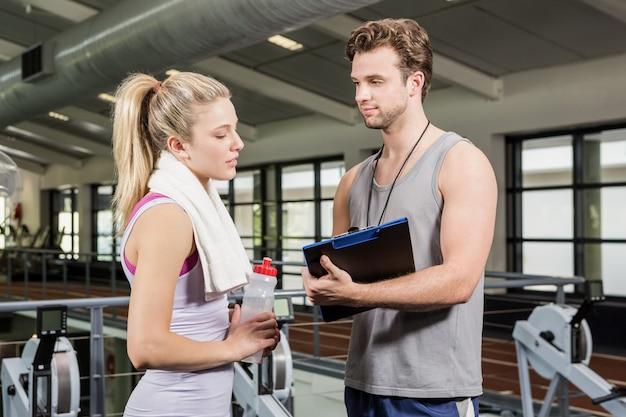 Kobieta rozmawia z trenerem po treningu