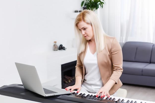 Kobieta rozmawiająca na czacie wideo z przyjaciółmi i grająca muzykę
