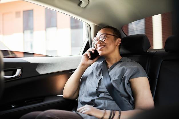 Kobieta rozmawiająca przez telefon podczas jazdy