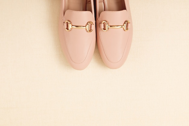 Kobieta różowe buty na pastelowym tle