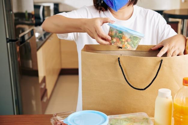 Kobieta rozpakowująca torbę