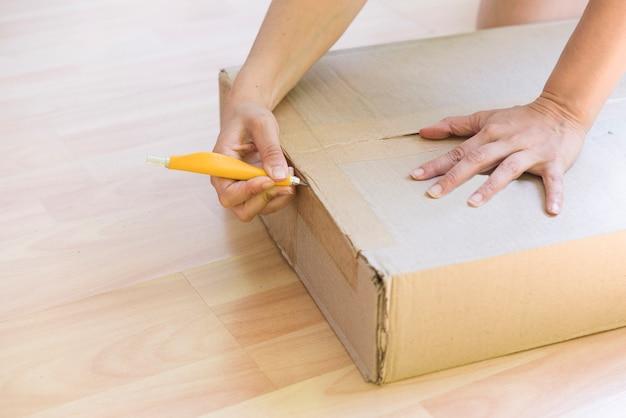 Kobieta rozpakowuje pudełko