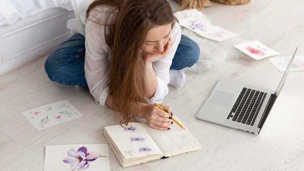 Kobieta rysująca nowy tutorial do vlogowania