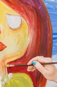 Kobieta rysująca osobę