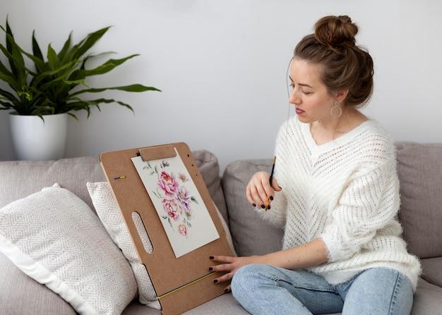 Kobieta rysuje na tutorial