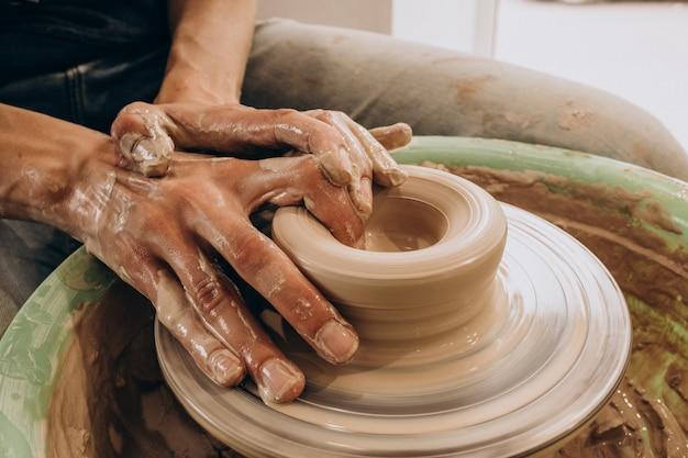 Kobieta rzemieślniczka w sklepie z ceramiką