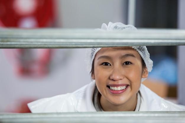 Kobieta rzeźnika stojący w fabryce mięsnej