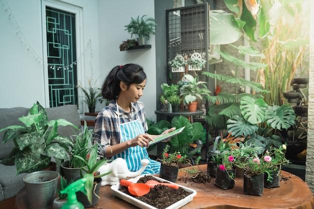 Kobieta sadzenia kwiatów w domu