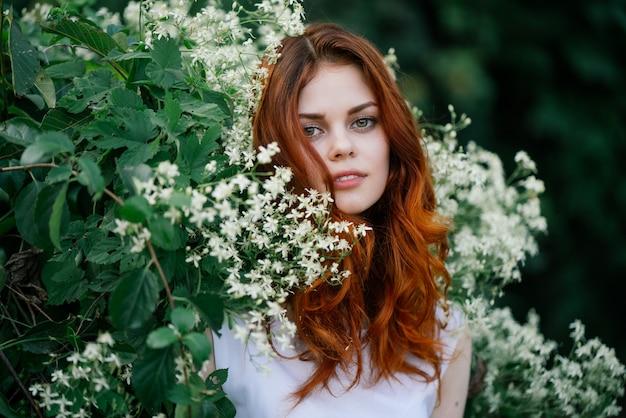 Kobieta sadzi naturę, piękno