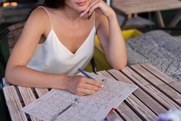 Kobieta samotnie grająca w sudoku