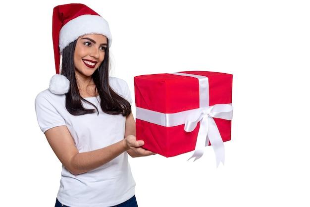 Kobieta santa claus trzyma prezent, na białym tle.