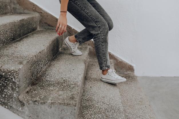 Kobieta schodząc po schodach