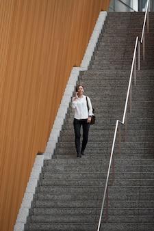 Kobieta schodząca po schodach z daleka