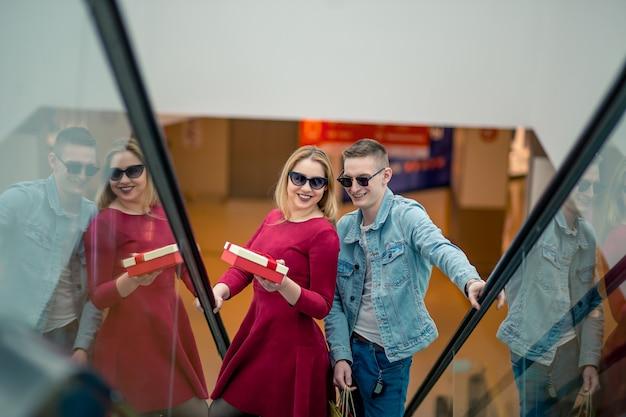Kobieta shopper na schodach w centrum handlowym