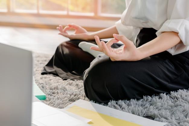 Kobieta siedząca medytacja lotos postawy