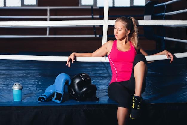 Kobieta siedząca na ringu