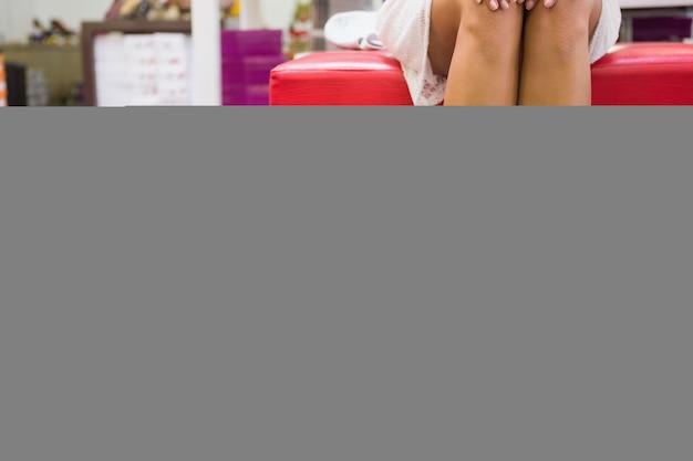 Kobieta siedząca obok torby na zakupy