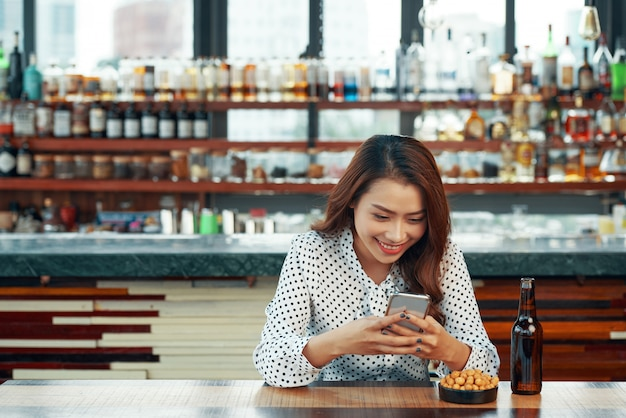 Kobieta siedząca przy barze