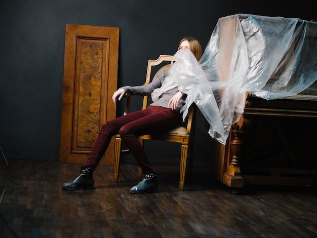 Kobieta siedząca przy fortepianie na krześle romantycznym instrumencie muzycznym