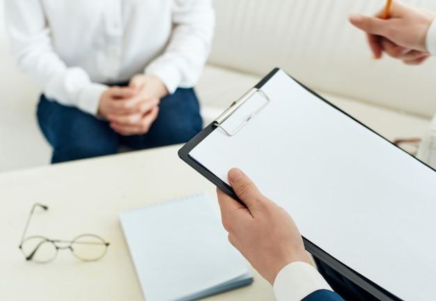Kobieta siedząca psycholog problemy zdrowotne diagnoza leczenie