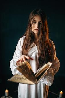 Kobieta siedząca w środku koła pentagramu