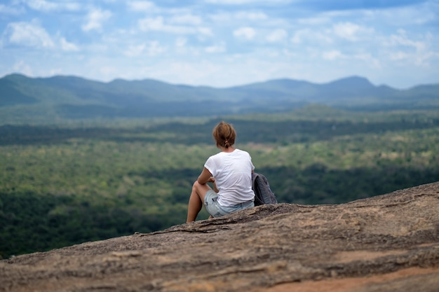 Kobieta siedzi na górze
