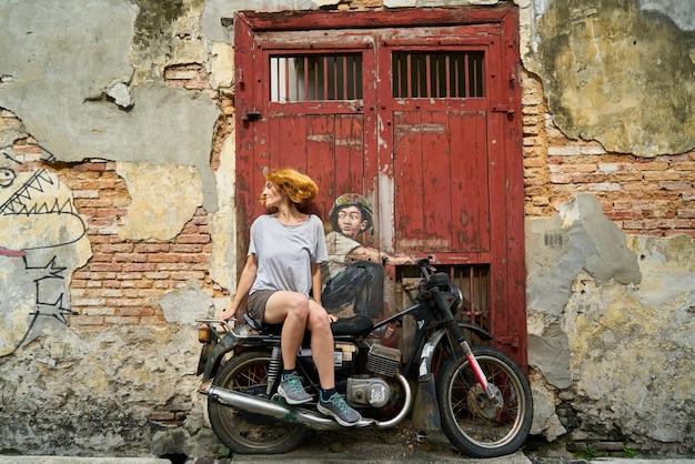 Kobieta siedzi na motocyklu