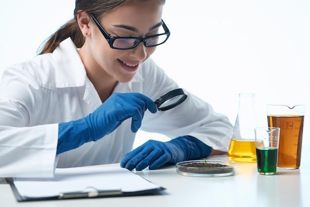 Kobieta siedzi przy stole badania biologia nauka zawodowa