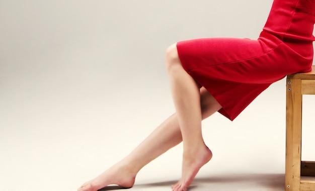 Kobieta siedzi w czerwonej sukience