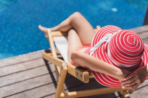 Kobieta siedzi w krześle relaksuje w lecie