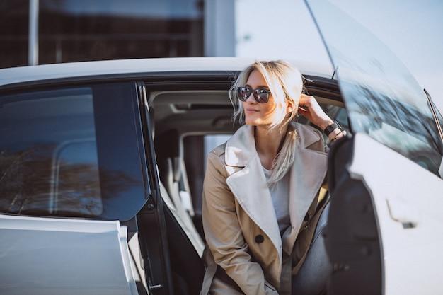 Kobieta siedzi w samochodzie electo