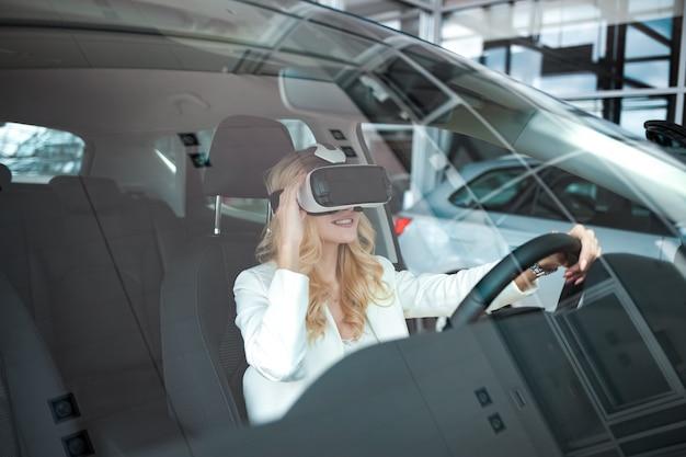Kobieta siedzi w samochodzie w okularach 3d wirtualnej rzeczywistości