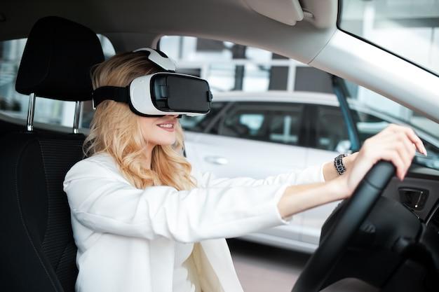 Kobieta siedzi w samochodzie w okularach 3d