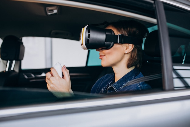 Kobieta siedzi w samochodzie w okularach vr
