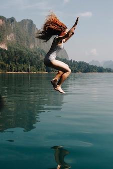 Kobieta skacząca do wody