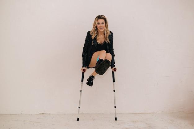 Kobieta skacze na zamkach. wypadek. śmieszne zdjęcie. rehabilitacja i powrót do zdrowia po urazach. taśmy kineso.