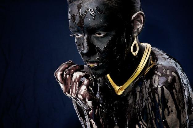 Kobieta skąpana w ciemnej farby