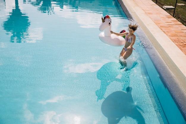 Kobieta, skoki do basenu